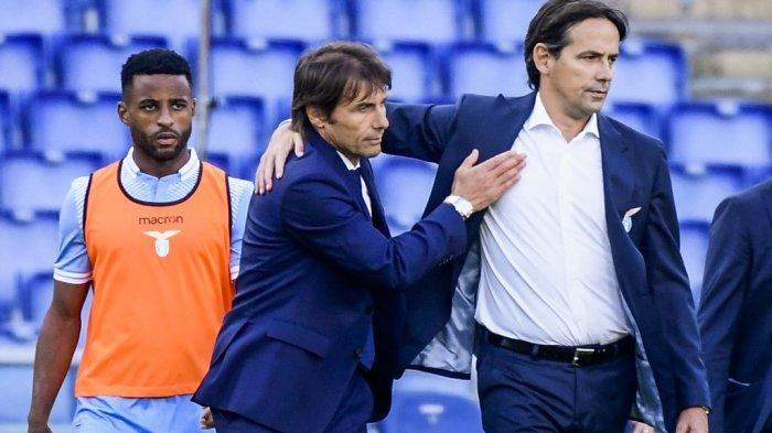 foto ini diambil pada 04 Oktober 2020 Antonio Conte (tengah) mengucapkan selamat kepada Simone Inzaghi (kanan).