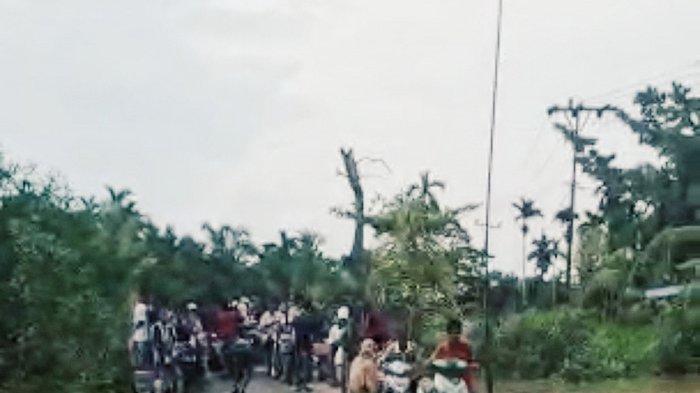 Warga Desa Pulau Kecil inhil menunggu momen yang tepat jika ingin menyeberang di jembatan darurat saat air pasang.