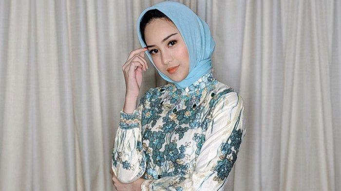 Anya Geraldine Pakai Jilbab Banjir Pujian, Anya Geraldine Taubat? Gandengan dengan Arief Muhammad