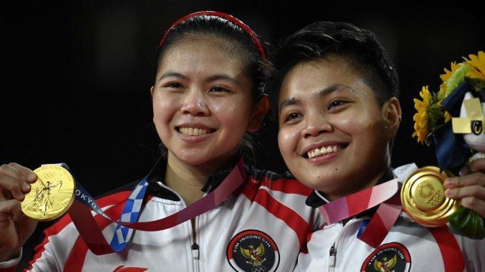 Apriyani Rahayu (kanan) dan Greysia Polii Indonesia berpose dengan medali emas ganda putri pada upacara selama Olimpiade Tokyo 2020 di Musashino Forest Sports Plaza di Tokyo pada 2 Agustus 2021.
