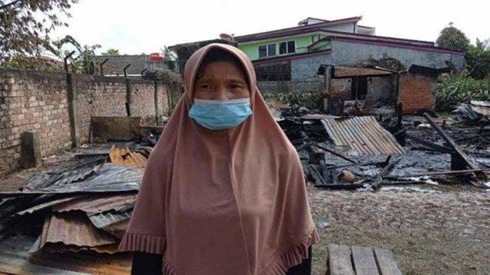 Aruna Wati (42) warga yang rumahnya hangus terbakar di Jalan Sultan M.Mansur RT 12 RW 04 Kelurahan Bukit Lama Kecamatan Ilir IB I Palembang, Senin (17/5/2021)