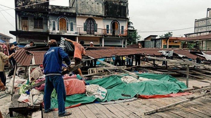 Atap Pasar Roboh di Desa Pengalihan Inhil, Kades: Kayu di Pasar ini Sudah Lapuk