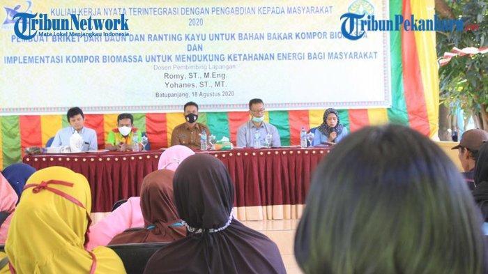 Atasi Kelangkaan Gas LPG, Tim Kukerta UNRI Sosialisasi Pembuatan Briket dari Daun dan Ranting Kayu