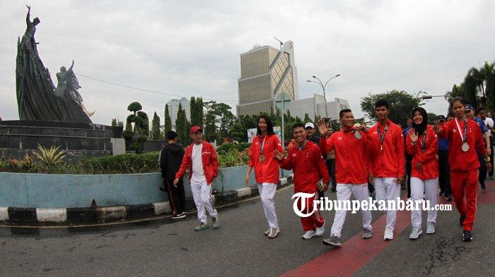 FOTO: Atlet Riau Peroleh Medali Asian Games 2018 Menyapa Warga di HBKB - atlet-riau-prestasi-asian-games-2018-asian-game-2018-diarak-hbkb-cfd-haornas_20180909_121341.jpg