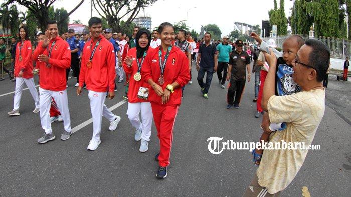 FOTO: Atlet Riau Peroleh Medali Asian Games 2018 Menyapa Warga di HBKB - atlet-riau-prestasi-asian-games-2018-asian-game-2018-diarak-hbkb-cfd-haornas_20180909_121523.jpg