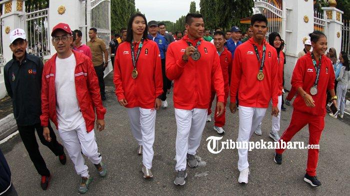 FOTO: Atlet Riau Peroleh Medali Asian Games 2018 Menyapa Warga di HBKB - atlet-riau-prestasi-asian-games-2018-asian-game-2018-diarak-hbkb-cfd-haornas_20180909_121528.jpg