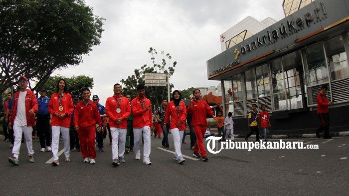 FOTO: Atlet Riau Peroleh Medali Asian Games 2018 Menyapa Warga di HBKB - atlet-riau-prestasi-asian-games-2018-asian-game-2018-diarak-hbkb-cfd-haornas_20180909_121719.jpg