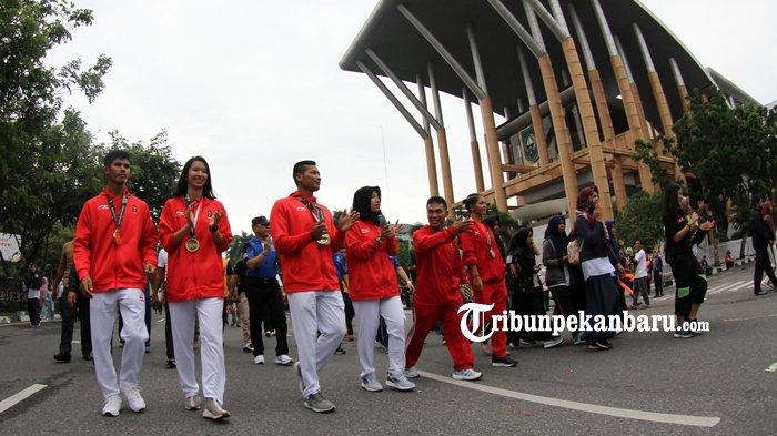 FOTO: Atlet Riau Peroleh Medali Asian Games 2018 Menyapa Warga di HBKB - atlet-riau-prestasi-asian-games-2018-asian-game-2018-diarak-hbkb-cfd-haornas_20180909_121743.jpg