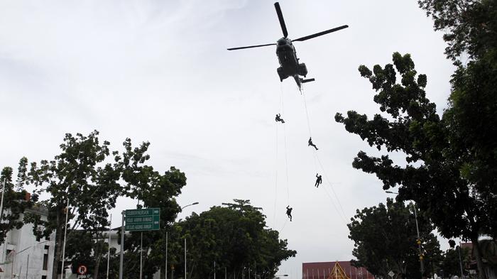 HELIKOPTER Super Puma TNI Dikerahkan, Pencarian Korban Kapal TKI Ilegal Karam di Perairan Riau