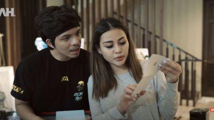Aurel Hermansyah Salah Tingkah, Ada yang Kasih Kado Buku 'Belajar', Atta: Mempelajari Posisi-posisi