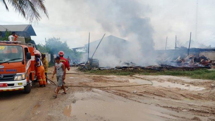 Kebakaran yang terjadi di Kecamatan Bukit Kapur, Dumai pada Jumat, 1 Januari 2021?, menghanguskan satu gudang kayu dan tiga petak bangunan permanen yang ada di dekatnya.
