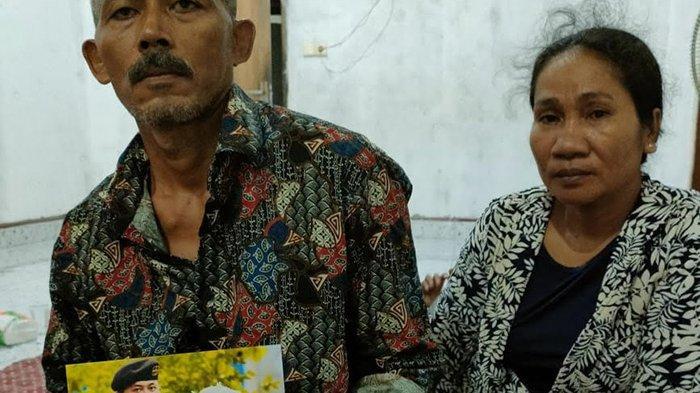 Ayah Membisu Peluk Foto Sertu Eki Setiawan,Sedih Tak Terkira, Istri Korban KRI Nanggala-402 Hamil