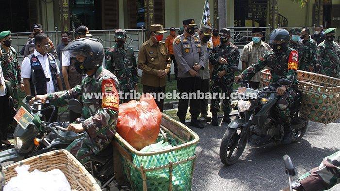 Foto : Danrem 031 Wirabima dan Wali Kota Pekanbaru Lepas Babinsa yang Membagikan Nasi Bungkus - babinsa-bagi-nasi-bungkus2.jpg