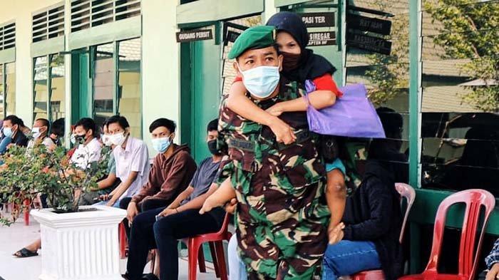 Tentara di Inhil Ini Gendong Isnawati,Penyandang Disabilitas yang Bertekad Kuat Divaksin,Kalo Kamu?