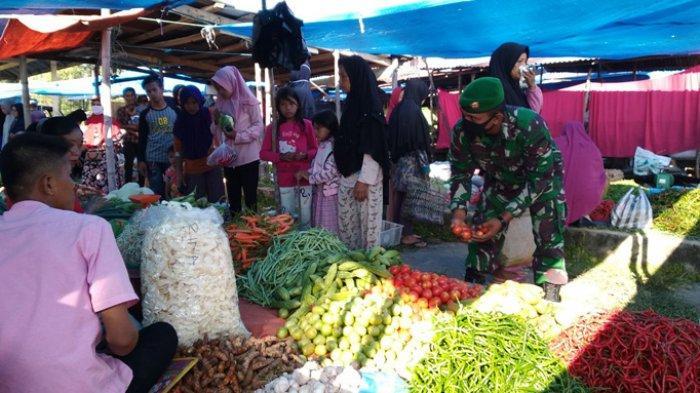 Personil TNI di Kampar Turun ke Pasar Tradisional Pantau Sembako dan Awasi Pembagian BLT