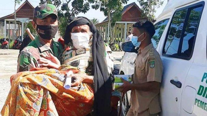 Babinsa TNI di Rohul Gendong Lansia untuk Ikut Vaksinasi Covid-19