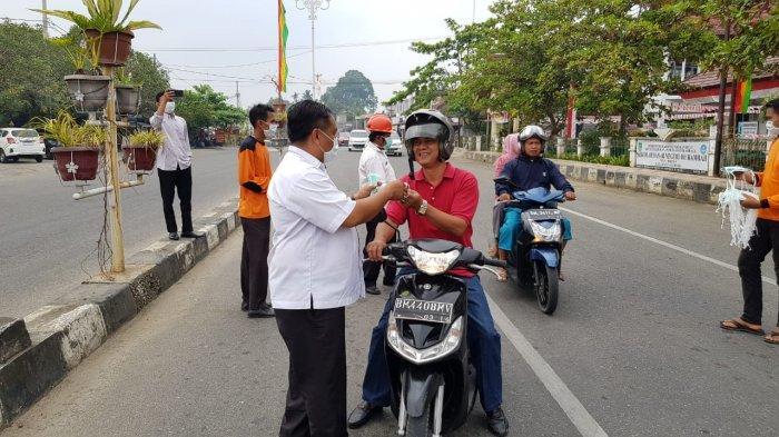 Asap Makin Tebal di Pasirpangaraian, BPPD Rohul Riau Bagikan 1.500 Masker