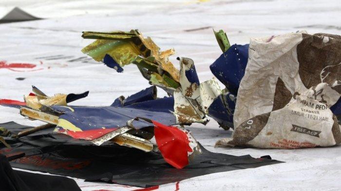 Bagian pesawat Sriwijaya Air SJ182 rute Jakarta - Pontianak yang jatuh di perairan Pulau Seribu di Dermaga JICT, Tanjung Priok, Jakarta Utara, Minggu (10/1/2021). Temuan bagian pesawat selanjutnya akan diperiksa oleh KNKT sedangkan potongan tubuh korban diserahkan kepada DVI Polri untuk identifikasi lebih lanjut.