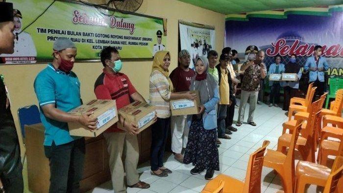 Bagikan Hand Sanitizer kepada Warga, Mahasiswa Kukerta Relawan Covid-19 UNRI Cegah Penyebaran Corona