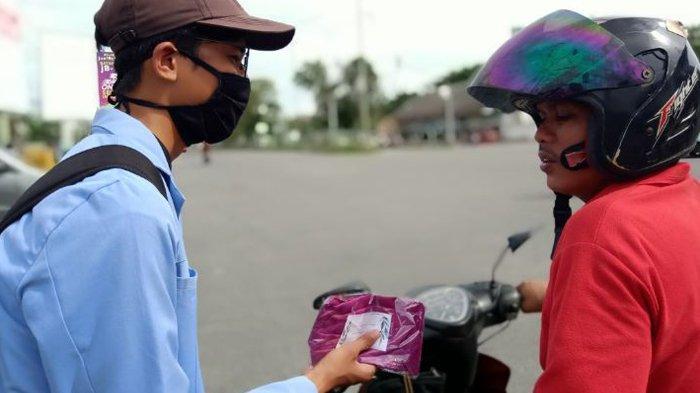 Bagikan Masker dan Hand Sanitizer kepada Pengendara, Mahasiswa Kukerta Bantu Warga Hadapi New Normal