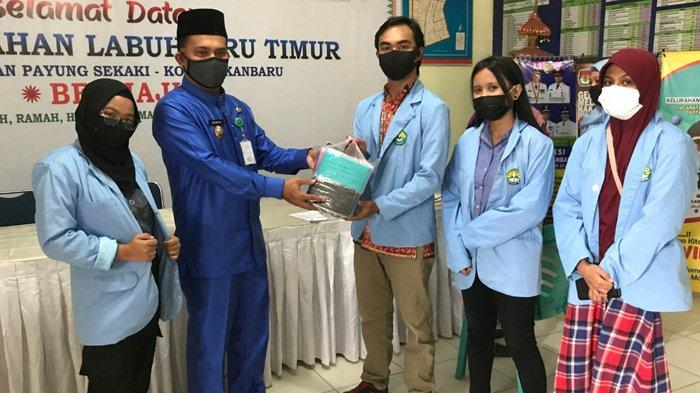 Bagikan Masker ke Posyandu, Mahasiswa Kukerta Relawan Covid-19 UNRI Bantu Warga Cegah Virus Corona