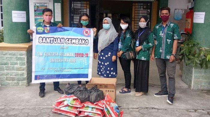Bagikan Sembako, Tim Kukerta Relawan Covid-19 UNRI Bantu Warga yang Kurang Mampu