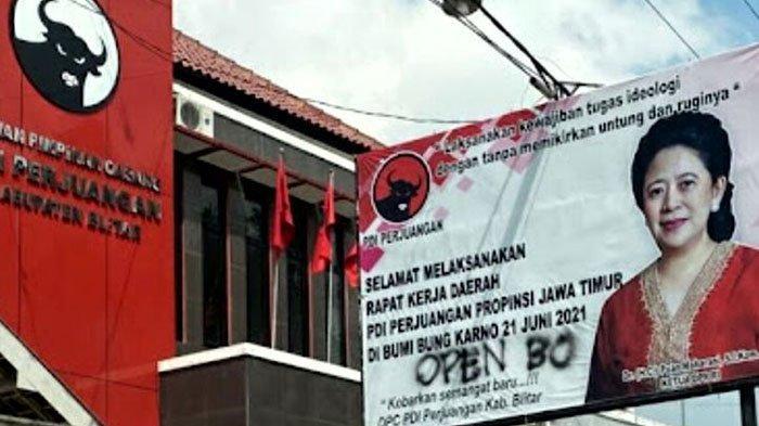 Baliho yang memajang foto Puan Maharani di depan Kantor DPC PDI Perjuangan Kabupaten Blitar menjadi target vandalisme