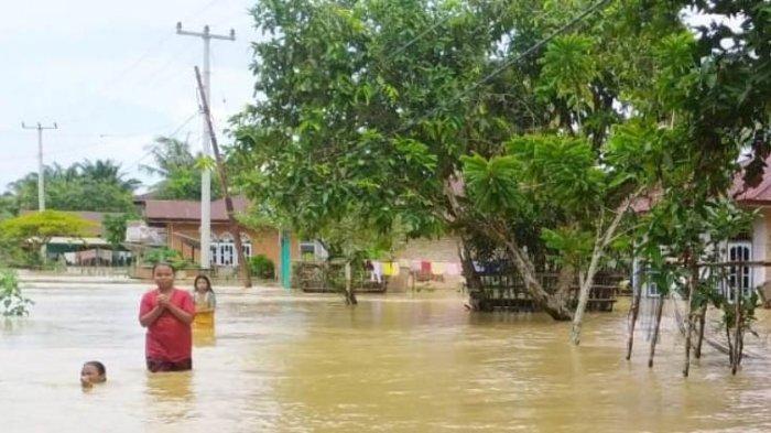 Banjir di Riau, Air Merendam Sampai Setinggi Atap Rumah di Gunung Sahilan Hingga Sore Ini