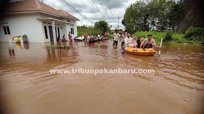 Perumahan Fauzan Asri di Jalan Kesadaran, Gg Wicaksana, Kelurahan Tangkerang Labuai, Kecamatan Bukit Raya, Kota Pekanbaru dilanda banjir, senin (29/3/2021).