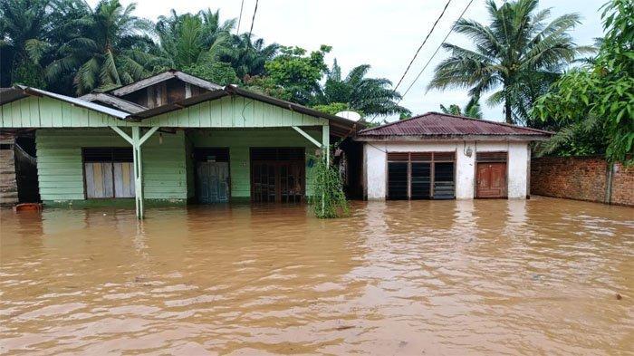 Banjir merendam setengah tinggi rumah warga di Desa Suka Ramai Kecamatan Tapung Hulu, Kabupaten, Riau, Sabtu (25/9/2021).