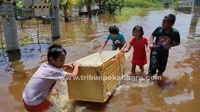 Foto: Banjir di Perumahan Pekanbaru Berangsur Surut Namun Banyak Rumah Masih Terendam