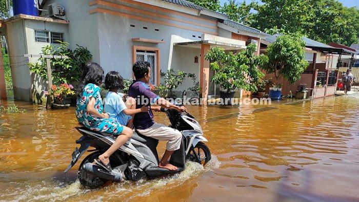 Puluhan rumah di Perumahan Pesona Harapan Indah Jalan Cengkeh Pekanbaru yang terendam banjir kini mulai berangsur surut, Selasa (30/3/2021).