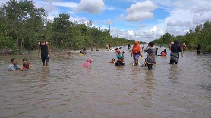 Gembira Basah-basahan di Tengah Banjir Rob Bak Berenang di Waterpark,Sisi Lain Warga Meranti Riau