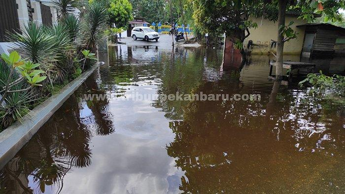 Ruas jalan terkena dampak genangan akibat meluapnya Sungai Batak masih belum bisa dilalui oleh kendaraan, Jumat (23/4/2021).