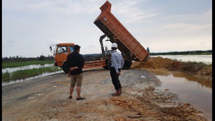Banjir di Jalan Koridor Langgam Riau Mulai Surut, Tim Kecamatan Perbaiki Tanggul yang Jebol