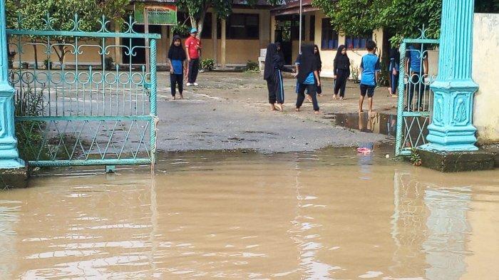 Banjir di Pangean Kuansing Riau Belum Ganggu Proses Belajar Mengajar di Sekolah