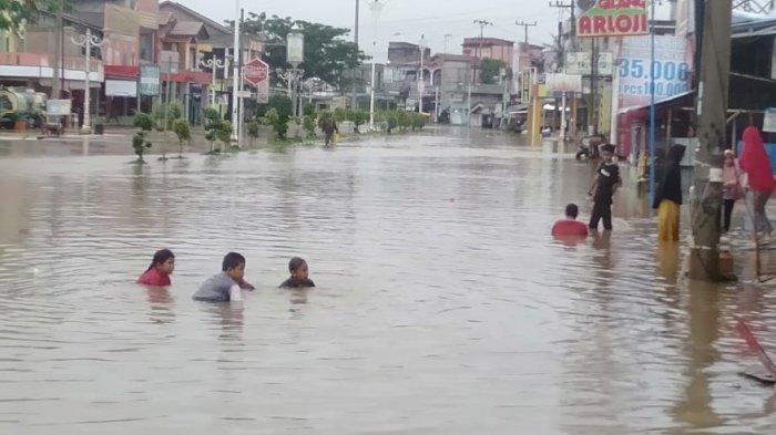 Kondisi banjir yang menghambat akses jalan di Kota Pasir Pangaraian.