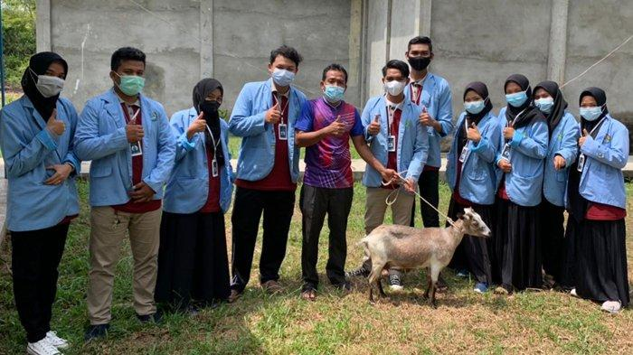 Bantu Warga Saat Wabah Covid-19, Tim Kukerta UNRI Serahkan Seekor Kambing Kepada Pengurus Masjid