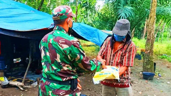 Suriadi Huni Gubuk BeratapTerpal di Kebun Karet Milik Orang,Haru Berurai Air Mata Dikunjungi Babinsa