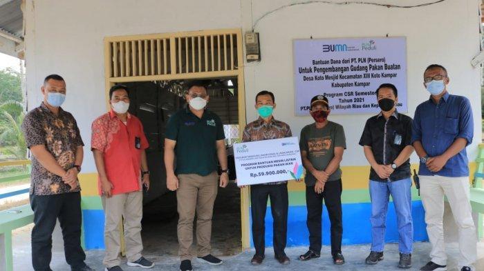 Bantu Usaha Pengembangan Warga Desa Koto Kampar, PLN Berikan Mesin Listrik Pembuat Pakan Ikan