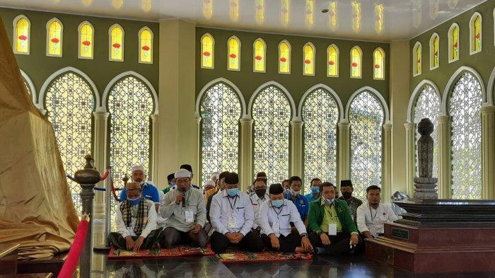 Jelang Daftar ke KPU Siak, Alfedri-Husni Salat Duha di Syahbuddin dan Ziarahi Makam SSK II