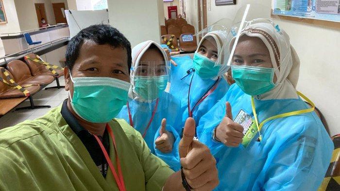 Indra Gunawan Selfie dengan Perawat Usai Jalani Kesehatan, Cakada pada Pilkada Bengkalis 2020