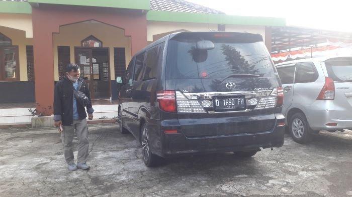 Barang bukti kendaraan Toyota Alphard tempat jasad ibu dan anak yang ditemukan di dalam bagasinya. Barang Bukti berada di Polsek Jalan Cagak Polres Subang, Kamis (19/8/2021).
