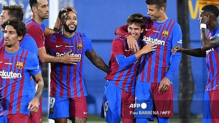 Gelandang Barcelona, ??Riqui Puig (ke-3) merayakan dengan rekan satu timnya setelah mencetak gol ketiga timnya selama pertandingan sepak bola persahabatan Joan Gamper Trophy ke-56 antara Barcelona dan Juventus di Stadion Johan Cruyff di Sant Joan Despi dekat Barcelona pada 8 Agustus 2021.