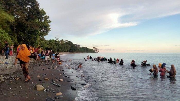 Baru Kemarin Jokowi Datang, Warga di Maluku Bawa Nampan Kumpulkan Butiran Emas di Pantai, Kok Bisa?