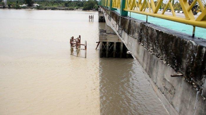 2 Kali Ditabrak Ponton, Jembatan Padamaran Dibatasi, Bupati Rohil Minta Pelaku Diproses Hukum