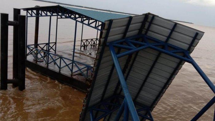 Foto: Dermaga penumpang di Desa Sokoi, Kecamatan Kuala Kampar, Kabupaten Pelalawan, Riau mengalami kerusakan setelah dihantam angin kencang pada Kamis (17/06/2021) malam lalu. (ist)