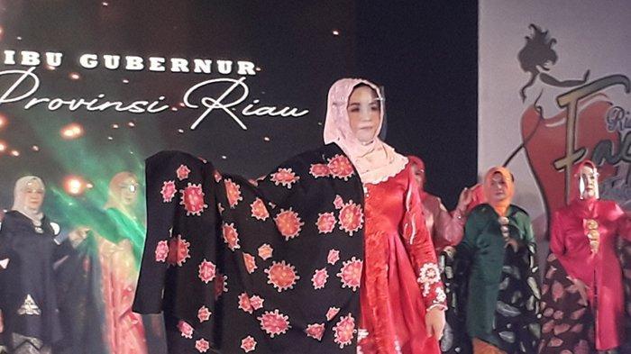 Batik Riau dengan motif yang lagi viral hasil rancangan istri Gubernur Riau Misnarni Syamsuar.