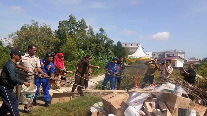 Bakar 300 Karung Bawang Bombai, Satpolair Polres Bengkalis Riau Musnahkan Bukti Hasil Tangkapan