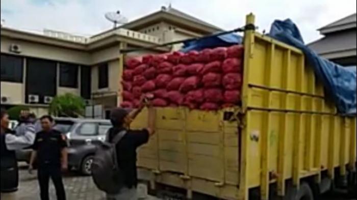 Hendak Diantar ke Pekanbaru, 3 Truk yang Angkut Ribuan Karung Bawang Ilegal Diamankan Polres Siak